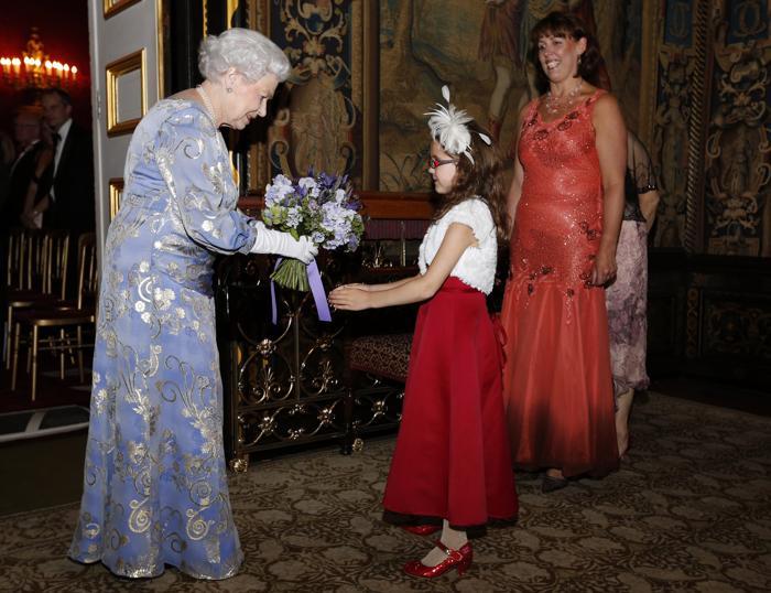 Королева Великобритании Елизавета II принимает букет на приёме во дворце Сент-Джеймс. Фото: Jonathan Brady - WPA Pool/Getty Images