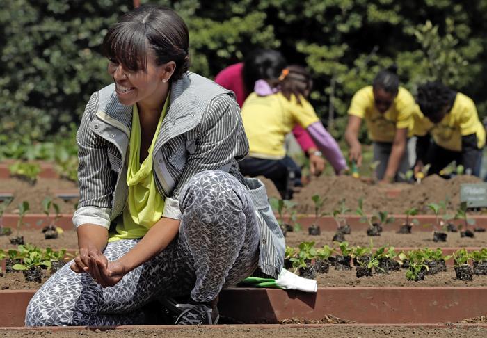 Мишель Обама со школьниками посадила овощи около Белого дома. Фото: Win McNamee/Getty Images