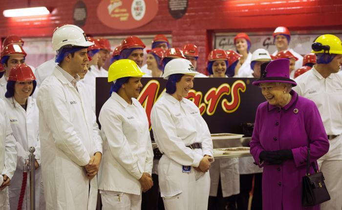 Королева Елизавета II посетила шоколадную фабрику Mars. Фото: Adrian Dennis - WPA Pool/Getty Images