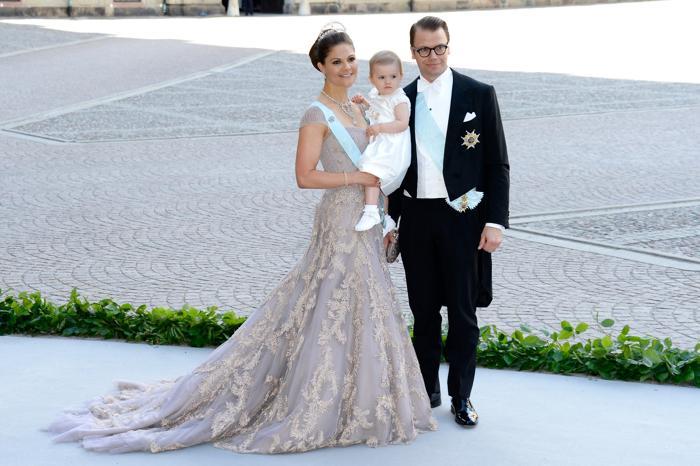 Кронпринцесса Швеции Виктория с мужем князем Даниилом и дочерью принцессой Эстель на свадьбе принцессы Мадлен и Кристофера ОНила в Швеции. Фото: Pascal Le Segretain/Getty Images