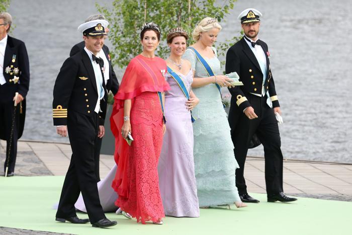 (л-п)Наследный принц Дании Фредерик, кронпринцесса Дании Мэри, принцесса Норвегии Марта Луиза, кронпринцесса Норвегии Метте-Марит и принц Хокон на свадьбе принцессы Мадлен и Кристофера ОНила в Швеции. Фото: Vittorio Zunino Celotto/Getty Images