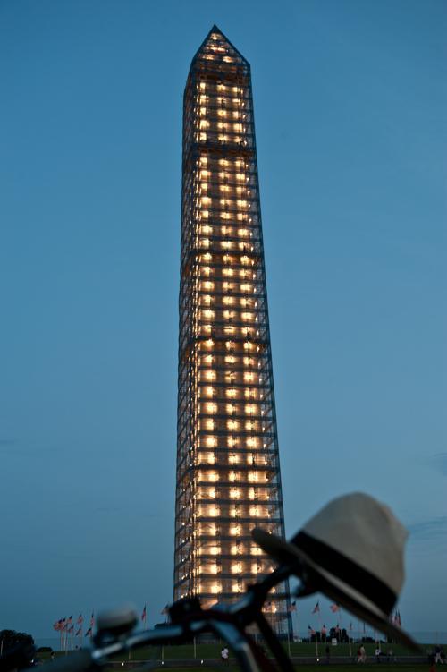 Знаменитый монумент Вашингтону, который находится на ремонте с 2011 года,  засветился на церемонии 8 июля 2013 года. Фото: NICHOLAS KAMM/AFP/Getty Images