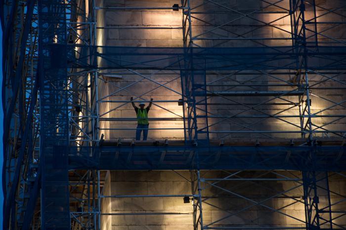 Знаменитый монумент Вашингтону, который находится на ремонте с 2011 года,  засветился на церемонии 8 июля 2013 года. Фото: NICHOLAS KAMM/AFP/Getty Imagess