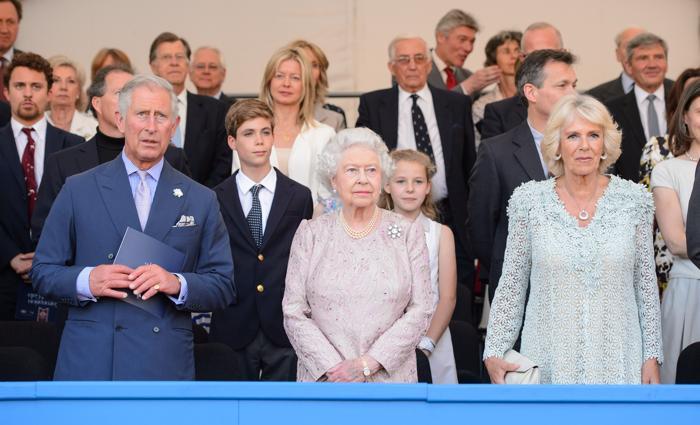 Королева Великобритании Елизавета II, её сын наследник престола принц Чарльз с супругой Камиллой на Коронационном фестивале в Букингемском дворце 11 июля 2013 года. Фото: Dominic Lipinski - WPA Pool/Getty Images