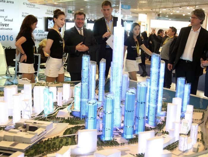 Корейский архитектурный проект Международного Делового Района Youngsan на инвестиционной выставке MIPIM-2013. Фото:  VALERY HACHE/AFP/Getty Images