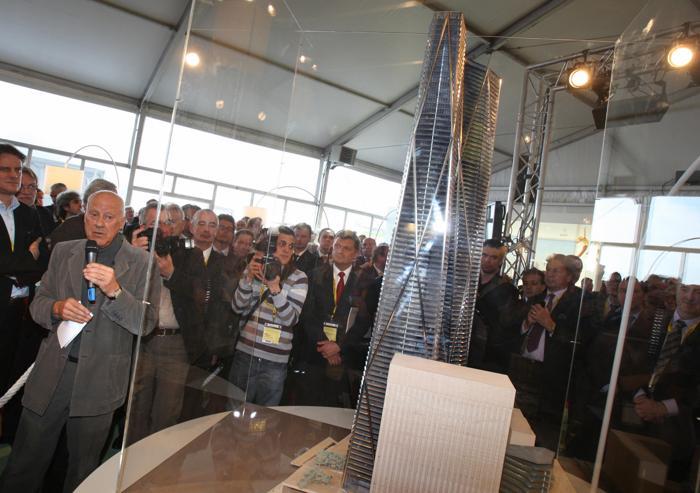 Британский архитектор Норман Фостер (Л) представляет свой проект будущей Башни Эрмитажа в деловом районе Парижа la Defense на инвестиционной выставке MIPIM-2013. Фото:  VALERY HACHE/AFP/Getty Images