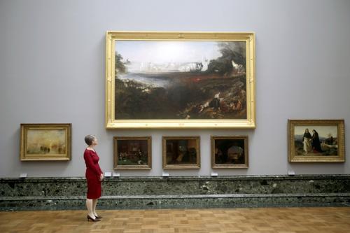 Пенелопа Кертис, директор галлереи, рядом с картиной Джона Мартина «Страшный Суд» 1853 года на выставке национальной коллекции британского искусства в Тейте в Лондоне. Фото: Warrick Page/Getty Images