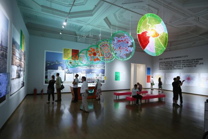 Выставка британского архитектора Ричарда Роджерса «Наизнанку» открылась в Королевской академии искусств Лондона 16 июля 2013 года.  Фото: Oli Scarff/Getty Images