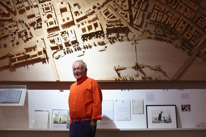 Британский архитектор Ричард Роджерс на открытии своей выставки «Наизнанку» в Королевской академии искусств Лондона 16 июля 2013 года.  Фото: Oli Scarff/Getty Images