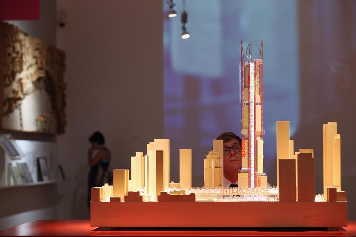 Модель транзитного центра и башни в Сан-Францизско на выставке британского архитектора Ричарда Роджерса «Наизнанку» в Королевской академии искусств Лондона 16 июля 2013 года.  Фото: Oli Scarff/Getty Images