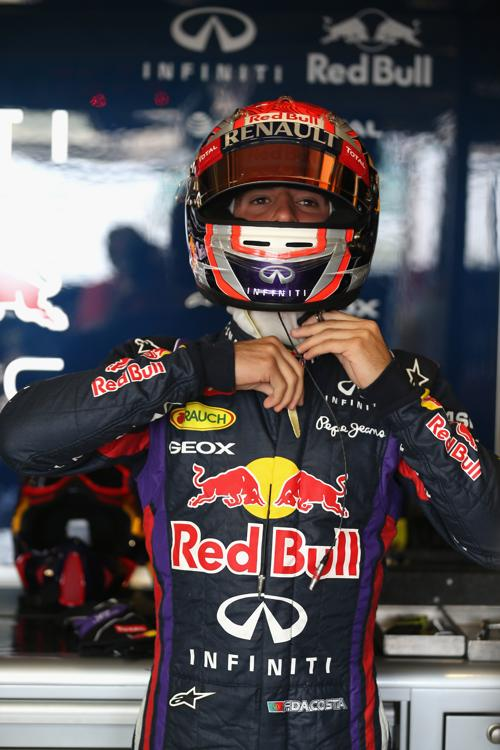 Гонщик из Португалии Антониу Феликс да Кошта тестирует Red Bull RB9 в Сильверстоуне 17 июля 2013 года. Фото: Mark Thompson/Getty Images