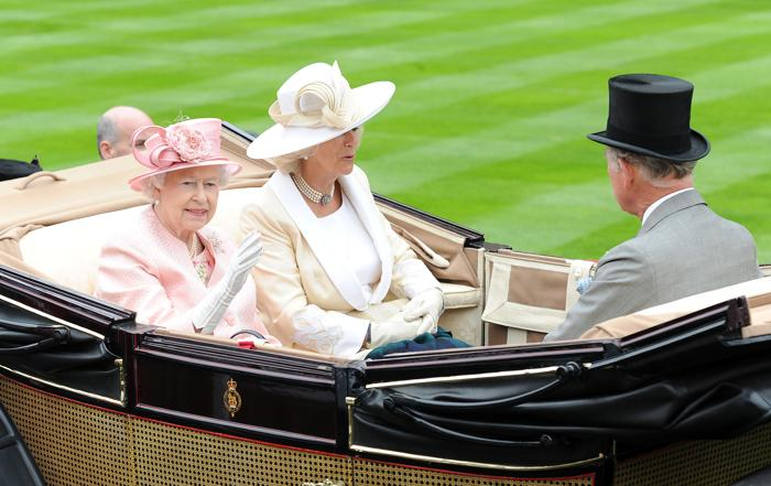 Королева Елизавета II прибыла на турнир из Виндзорского замка с сыном принцем Чарльзом и его супругой герцогиней Камиллой. Фото: Eamonn M. McCormack/Getty Images