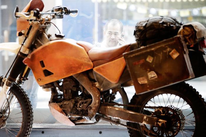 Мотоцикл Honda, на котором ездил Дэниел Крейг в фильме о Джеймсе Бонде на аукционе Christies в рамках продаж серии «Поп-культура». Фото: Matthew Lloyd/Getty Images