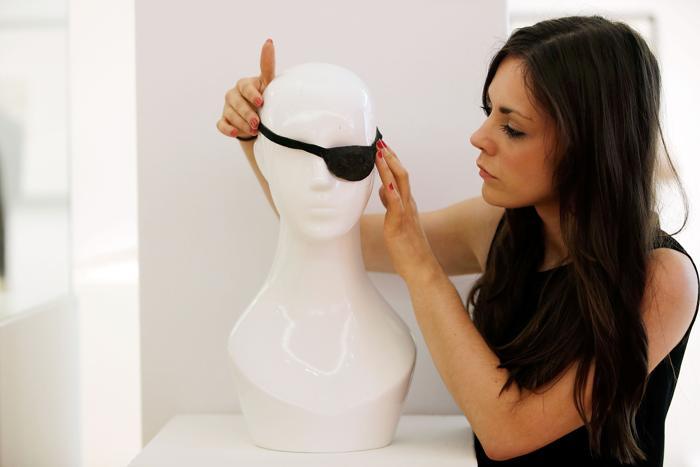 Глазную повязку, которую носил Джон Уэйн в фильме «Железная хватка» на аукционе Christies в рамках продаж серии «Поп-культура». Фото: Matthew Lloyd/Getty Images