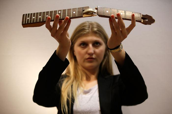 Часть гитары Курта Кобейна на аукционе Christies в рамках продаж серии «Поп-культура». Фото: Matthew Lloyd/Getty Images