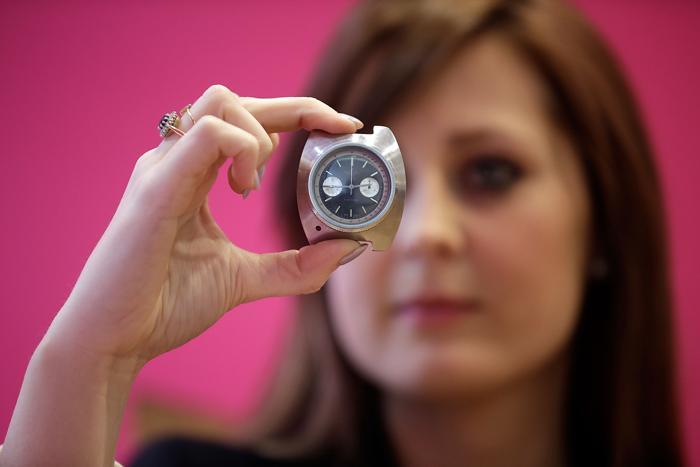 Наручные часы Breitling, которые носил Шон Коннери в фильме о Джеймсе Бонде на аукционе Christies в рамках продаж серии «Поп-культура». Фото: Matthew Lloyd/Getty Images
