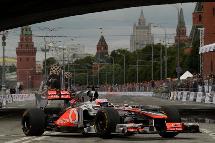 Чемпион мира в гонках «Формулы-1» Дженсон Баттон от команды McLaren на авто-мотошоу Moscow City Racing в Москве 21 июля 2013 года. Фото: KIRILL KUDRYAVTSEV/AFP/Getty Images