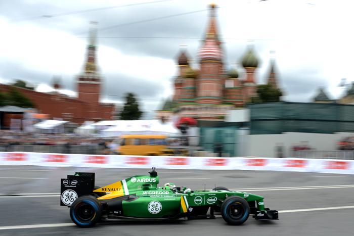 Финский пилот Хейкки Ковалайнен (Caterham) на авто-мотошоу Moscow City Racing в Москве 21 июля 2013 года. Фото: KIRILL KUDRYAVTSEV/AFP/Getty Images