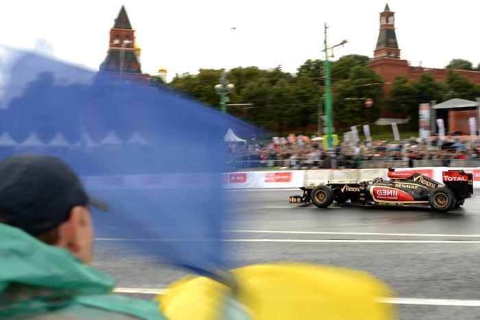 Давиде Вальсекки из Lotus на авто-мотошоу Moscow City Racing в Москве 21 июля 2013 года. Фото: KIRILL KUDRYAVTSEV/AFP/Getty Images