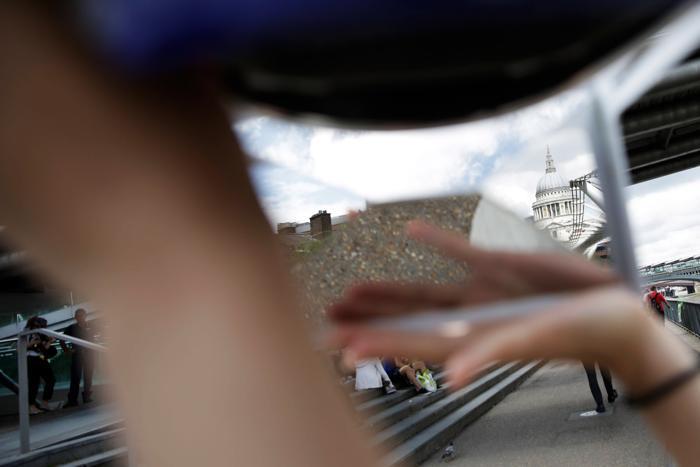 Люди осваивают изобретение английского художника Im Do One — «Чудесное средство просмотра», представляющее собой шлем с зеркалами, расширяющими границы зрения. Фото: Matthew Lloyd/Getty Images