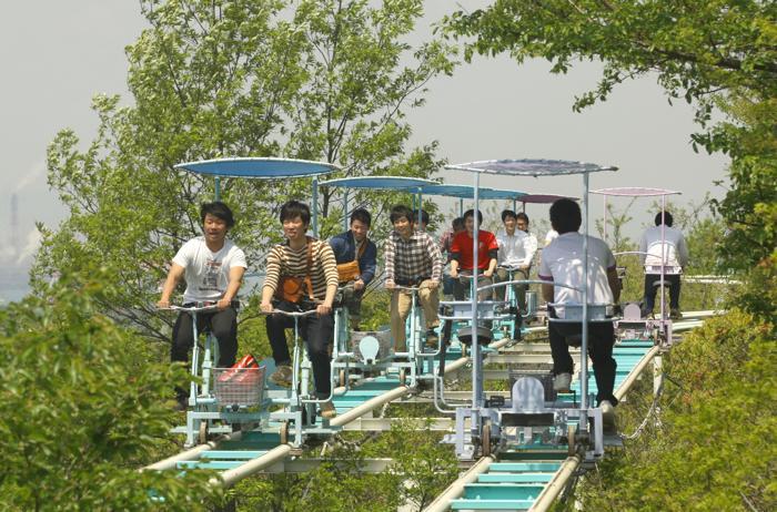 Аттракцион «Небесный велосипед» в японском Курашики ждёт посетителей. Фото: Buddhika Weerasinghe/Getty Images