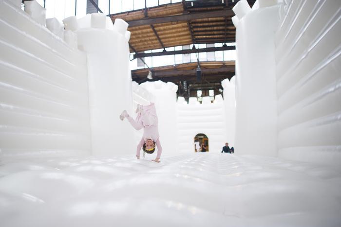 Инсталляция Уильяма Форсайта «Белый надувной замок» открылась в Берлине в рамках фестиваля современного театра. Фото: Timur Emek/Getty Images