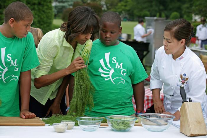 Мишель Обама собрала со школьниками первый урожай и они устроили пикник. Фото: Chip Somodevilla/Getty Images