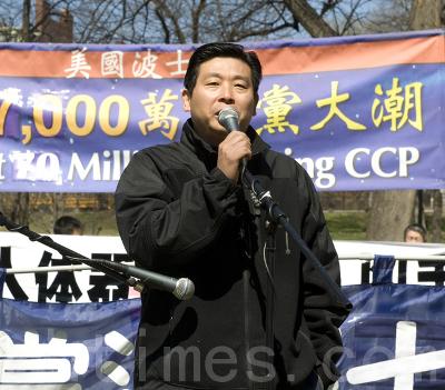 Ян Цзяньли с кафедры Фонд для Китая XXI-го столетия, сказал, что КПК не просуществует и дня, если китайцы однажды узнают, что она собой представляет в действительности. Он осудил информационную блокаду в Китае и то, что КПК прячется за этим, чтобы совершать преступления против своих людей. «КПК — злая сила, и люди должны объединиться, чтобы выступить против неё», - подчеркнул он. Фото: Сюй Мин/The Epoch Times