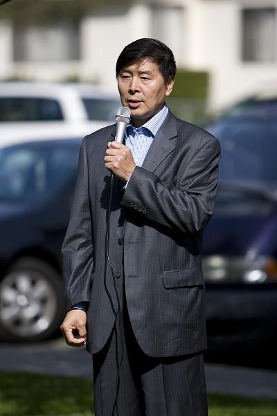 От имени последователей Фалуньгун Лос-Анджелеса выступает Ли Юфу. Фото: Ji Yuan/The Epoch Times