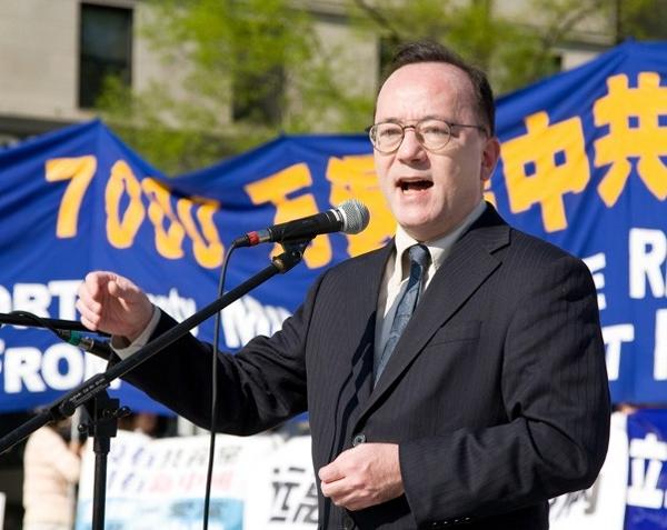 Выступает Джон Кусуми, основатель «Сети поддержки Китая» (China Support Network). Фото: John Yu/The Epoch Times