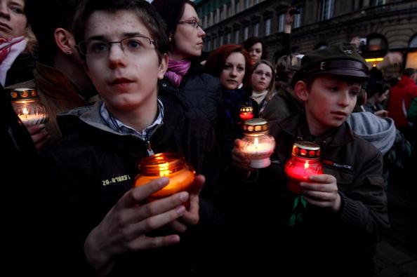 Польский народ скорбит по погибшим. Фото: JANEK SKARZYNSKI/AFP/Getty Images