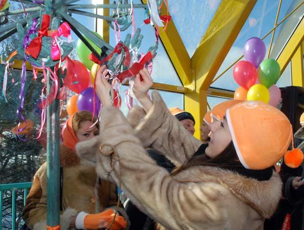 17 февраля в День спонтанного проявления доброты в Москве, на Андреевском мосту в Нескучном саду, состоялся праздник «доброты и чудес». Фото: Юлия Цигун/Великая Эпоха/The Epoch Times