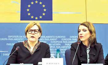 Екатерина Котрикадзе (справа) сотрудница канала «Первый кавказский» в Европарламенте в   Страсбурге, выступает в защиту канала. Фото: GEORGES GOBET/AFP/Getty Images