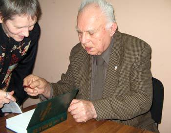 Один из авторов «Две России ХХ века» Б. Пушкарев подписывает книгу. Фото: Татьяна Серебрякова/Великая Эпоха
