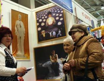 У стенда Международной художественной выставки