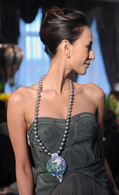 На презентации модель представляет ожерелье  «Мальстрем». Фото: Сэм Ех/AFP/Getty Images