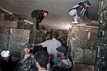 Ливийские повстанцы на захваченном оружейном складе. Фото: DPA