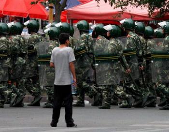 Китайская полиция марширует в Синьцзяне. Фото: berliner-zeitung.de