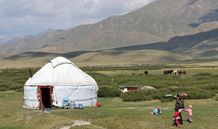 Поселение на высоте более 2 200 м над уровнем моря, расположенное на пути древнего Шёлкового пути, примерно в 125 км от Бишкека, 2 августа 2012 года. Фото: Vyacheslav Oseledko/AFP/GettyImages