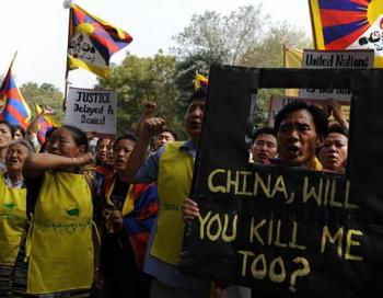 6 марта тибетские активисты выкрикивали лозунги во время акции протеста возле офиса ООН в Нью-Дели. Молодой юноша стал третьим тибетским монахом, совершившим акт самосожжения за несколько дней в Китае. Фото: Manan Vatsyayana/AFP/Getty Images