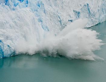 Разрушение ледника Перито-Морено (исп. Perito Moreno, учёный Морено), расположенного в национальном парке Лос-Гласиарес, на юго-востоке аргентинской провинции Санта-Крус. Фото: ru.wikipedia.org