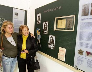 Пережившая Холокост Франтишка Кистлер, 80 лет (справа), показывает дочери Яэль Равив (слева) свои фото, 28 декабря 2011 года, Тель-Авив, выставка о Холокосте. Фото: Jack Guez/AFP/Getty Images