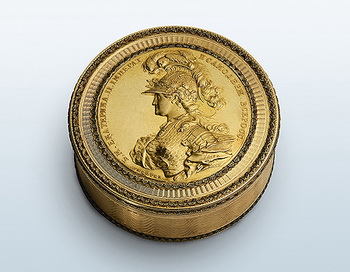 Табакерка с медалью. Фото: hermitagemuseum.org