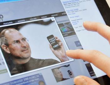 Поклонник Стива Джобса просматривает информацию о своем кумире в интернете с помощью iPad. Фото РИА Новости