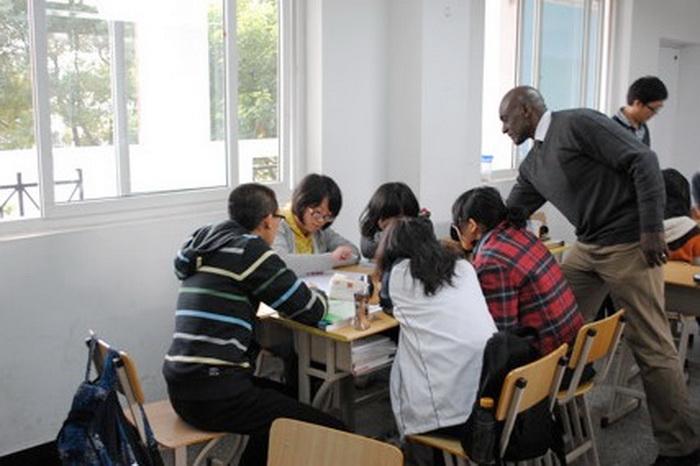 Доктор Линн Найт проводит обучение в Кембриджском международном центре, Шанхай, Китай, сентябрь 2008 года. Фото: Dr. Lynn Knight