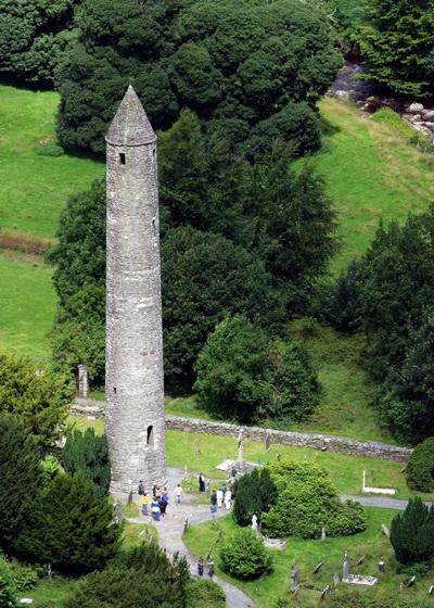 Известная Круглая Башня в Глэндалоф, графство Уиклоу. Среди многих событий на встрече в графстве Уиклоу — матч по поло США против Ирландии, Джазовый фестиваль в г. Брей, Фестиваль Воздушных шаров в Балто и Летний фестиваль в Брее. Фото предоставлено: Tourism Ireland