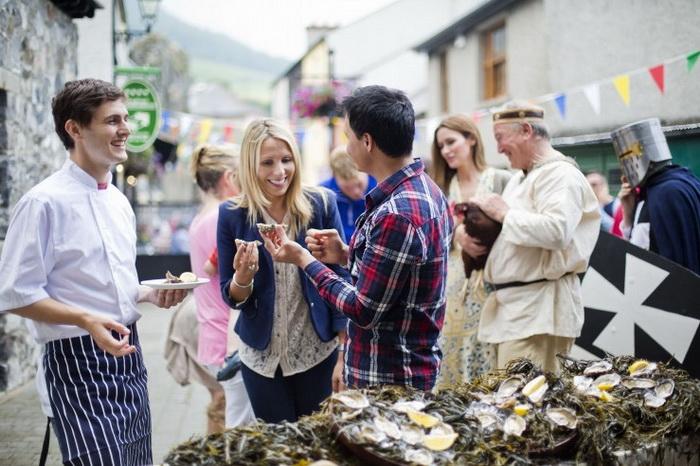 Дегустация устриц на Карлингфордском Фестивале Устрицы-2012 года в графстве Лаут. Предварительные состязания по извлечению устриц проведут в нескольких североамериканских городах до Международного фестиваля устрицы и морепродуктов в сентябре в Голуэе. Фото: Tourism Ireland