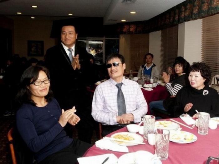 Чэнь Гуанчэн (в центре) с членами местной китайской общины в ресторане Новато, Калифорния, 16 марта 2013 года. Фото: Alex Ma/The Epoch Times