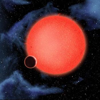 Широкоугольный снимок, полученный  «Хабблом» во время обращения планеты вокруг «Красного карлика», помог определить состав атмосферы планеты. Фото: http://hubblesite.org