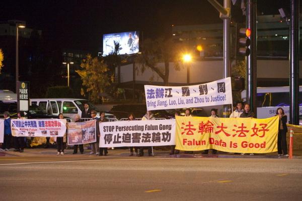 Со второй половины дня 16 февраля и до позднего вечера 17 февраля, последователи Фалуньгун провели непрерывную 30-часовую акцию возле отеля JW Marriot  в Лос-Анджелесе, штат Калифорния. Они спокойно медитировали на тротуаре, молча, стояли, держа транспаранты, требуя положить конец 13-летнему преследованию Фалуньгун в Китае. Фото: Дебора Чэн/Великая Эпоха